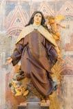 AVILA SPANIEN, 2016: Den polychrome sned statyn av St Theresia av Avila i Catedral de Cristo Salvador Arkivbild