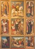 AVILA SPANIEN, 2016: Det gotiska sidoaltaret i Catedral de Cristo Salvador av den okända konstnären av 16 cent Royaltyfria Bilder