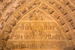 AVILA SPANIEN: Detalj av den norr portalen av Catedral de Cristo Salvador med den sista domen och kröningen av jungfruliga Mary p Royaltyfri Bild