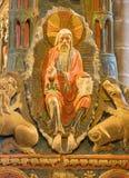 AVILA SPANIEN: Detalj av guden skaparen på romanesque polychrome begravnings- minnes- Cenotafio de los Santos Hermanos Martires Arkivbild