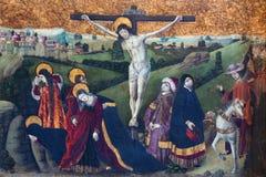AVILA SPANIEN: Gotisk målarfärg av korsfästelsen i Catedral de Cristo Salvador från 15 cent Arkivbilder