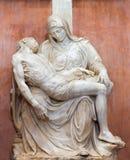 AVILA SPANIEN: Marmorera skulptur av pietaen i Catedral de Cristo Salvador Royaltyfri Bild
