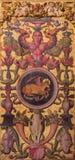 AVILA SPANIEN: Plateresque dekorativ dörr i sakristian av Catedral de Cristo Salvador med det symboliskt av Luke evangelisten Royaltyfri Fotografi