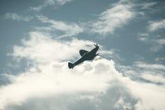 Avión de combate en el cielo nublado Fotos de archivo