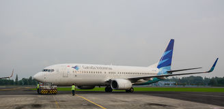 Avión de Garuda Airlines en la pista en el aeropuerto de Jogja en Indonesia Fotografía de archivo libre de regalías
