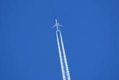 Avión de reacción en el cielo Foto de archivo libre de regalías