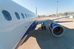 Avión en el aeropuerto Fotos de archivo libres de regalías