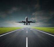 Avión en un día nublado Imagen de archivo libre de regalías