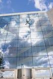 Avión reflejado en un edificio Royalty Free Stock Images