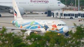 Avião Airbus 320 que taxiing antes da partida video estoque