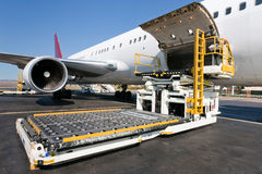 Avião de carga do carregamento Fotografia de Stock Royalty Free
