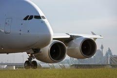 Avião de passageiros do jato de Airbus A380 na pista de decolagem Fotografia de Stock Royalty Free