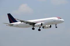 Avião de passagem moderno Imagens de Stock