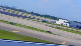 Avião que descola da pista de decolagem video estoque
