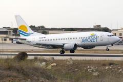 Aviolet 737-300 environ à atterrir Image libre de droits