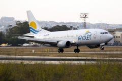 Aviolet 737-300 omkring som ska tryckas på ner Arkivbilder