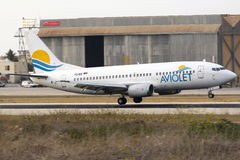 Aviolet 737-300 omkring som ska tryckas på ner Arkivfoton
