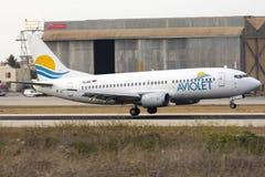 Aviolet 737-300 ongeveer om neer te raken Stock Foto's
