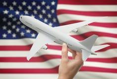 Avion à disposition avec le drapeau sur le fond - Etats-Unis Photo libre de droits