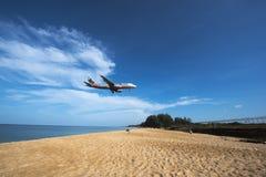 Avion à la plage de Phuket Photos stock