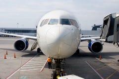 Avion à la porte photographie stock