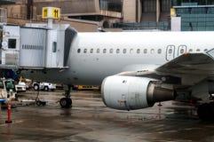 Avion à la porte d'un aéroport Image libre de droits