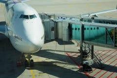 Avion à la porte dans l'aéroport de Munich Photographie stock