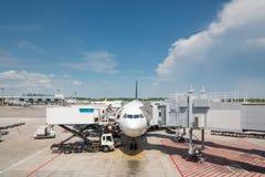 Avion à la porte de terminal d'aéroport prête pour le décollage Inte moderne Photo libre de droits