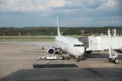 Avion à la porte de terminal d'aéroport prête pour le décollage Inte moderne Photos stock