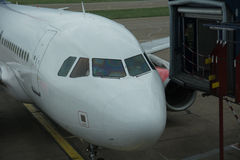 Avion à la porte terminale dans l'aéroport international Image stock
