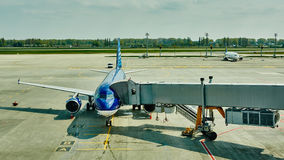 Avion à la porte terminale prête pour le décollage photos stock