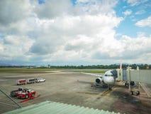 Avion à la porte terminale prête pour le décollage, aéroport de Hat Yai en Thaïlande, AirAsia photo libre de droits