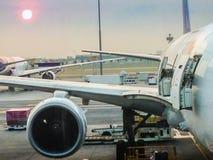 Avion à la porte terminale prête pour le décollage dans l'interne moderne Photographie stock libre de droits