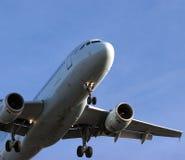 Avion à réaction à l'approche finale Photos stock