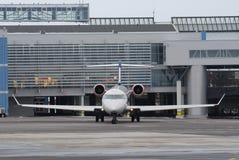 Avion à réaction à la porte Images libres de droits