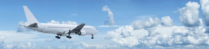 Avion à réaction avec le fuselage blanc dans un ciel Photographie stock
