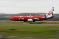 Avion à réaction bleu de Boeing 737 de Vierge dans le mouvement. Image libre de droits