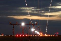 Avion à réaction crépusculaire, longues traînées d'exposition Images stock