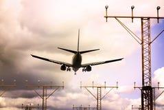 Avion à réaction décollant au crépuscule photographie stock
