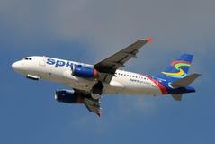 Avion à réaction d'Airbus A-319 de compagnies aériennes d'esprit en vol Image stock
