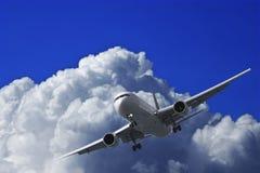 Avion à réaction dans un ciel Photos libres de droits