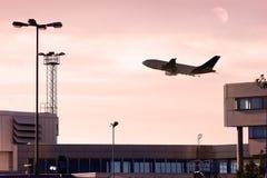Avion à réaction de cargaison décollant au crépuscule. image stock