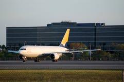 Avion à réaction de cargaison de Boeing 767 en début de la matinée Images libres de droits