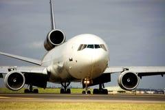 Avion à réaction de cargaison sur la piste Photo libre de droits