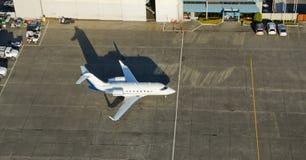 Avion à réaction de corporation attendant pour partir Photo stock