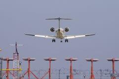 Avion à réaction et lumières d'atterrissage Photos libres de droits