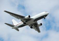 Avion à réaction moderne de cargaison dans la couleur blanche Photos stock