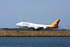 Avion à réaction Pacifique de Boeing 747 d'air sur la piste Photo libre de droits