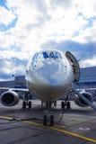 Avion à réaction privé dans le hangar Photo stock