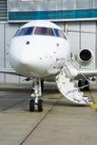 Avion à réaction privé dans le hangar Photos stock